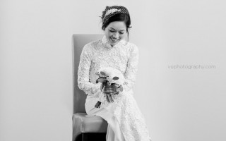 thien-looking-at-bouquet